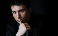 Сергей Лазарев в образе священника исповедовал девушку в клипе «Шепотом»