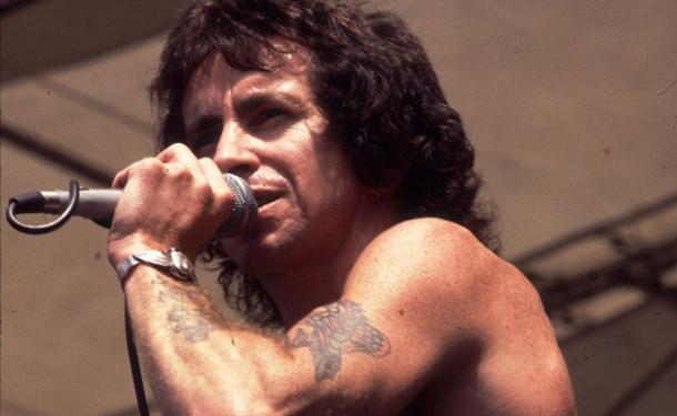 Бону Скотту, бывшему вокалисту группы AC/DC, исполнилось бы сегодня 70 лет