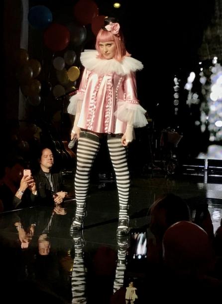 Мадонна в странном убранстве обнимает бывшего мужа на своем концерте