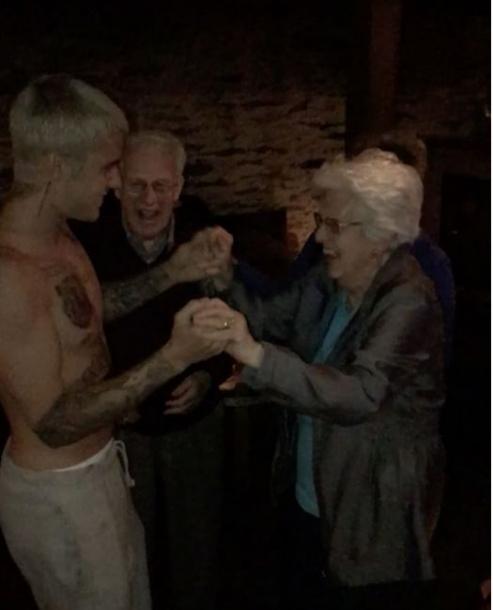 Джастин Бибер развлекался с пожилой дамой в Новой Зеландии