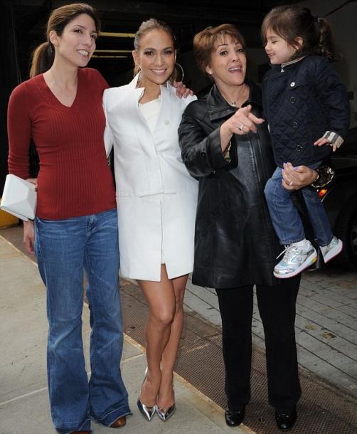 Дженнифер Лопес решила похвастаться своей мамой