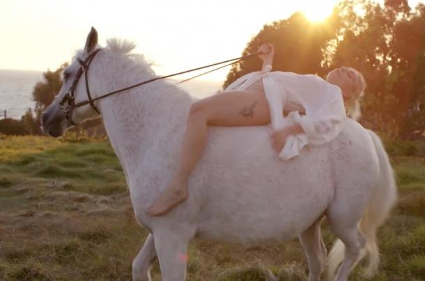 Леди Гага приглашает всех в свою личную жизнь: необычные фотографии зезды в фильме «Five Feet Two»