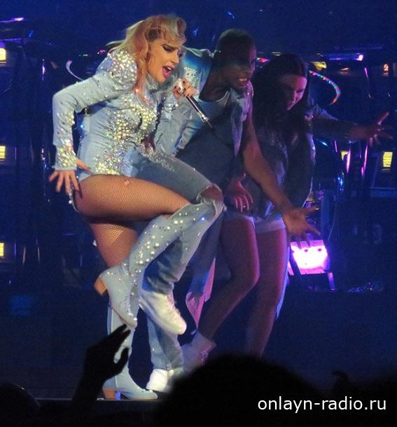 Леди Гага на концерте в Бирмингеме