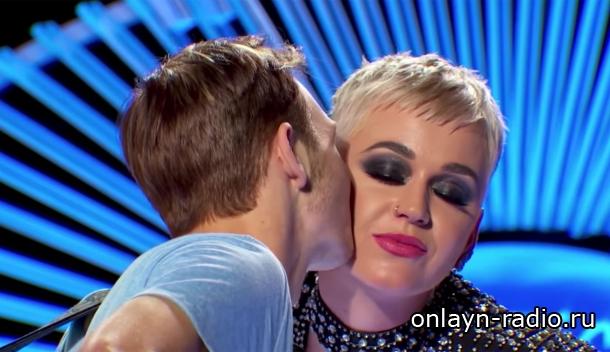 Кэти Перри поцеловала участника «American Idol», после чего он попросил воды