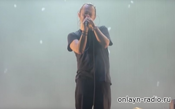 Возбужденных поклонников Radiohead удалось успокоить пением