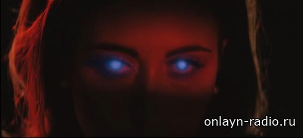 Кали Учис на своих собственных похоронах (новый клип «Get Up»)