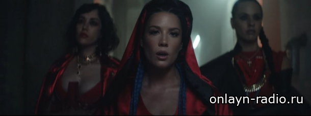 Хэлси бьется до крови в клипе «Strangers»