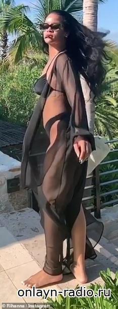 Рианна демонстрирует свое фантастическое тело в бикини
