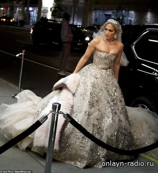 Дженнифер Лопес ошеломляет в очень экстравагантном свадебном платье и вуали