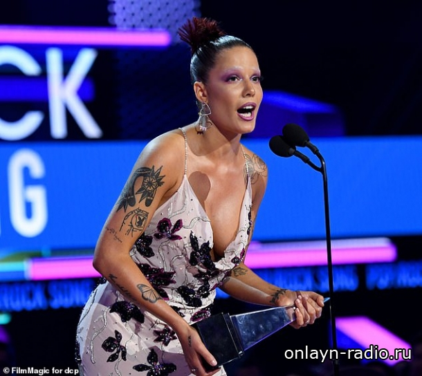 Хэлси критикует Грэмми и принимает награду American Music Award