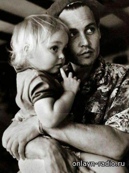 Лили-Роуз Депп о том, как ее воспитали родители: «мне было трудно бунтовать»