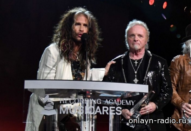 Aerosmith воссоединяется с барабанщиком Джоуи Крамером в MusiCares, хотя они не выступают вместе
