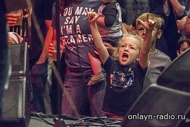 Ученые подтверждают: посещение концертов с родителями укрепляет семейные связи