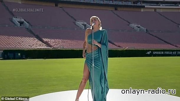 Майли Сайрус исполнила песни БИТЛЗ на пустом футбольном стадионе (видео)